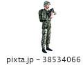 銃を構える男性 コンバット装備全身(向き違い) 38534066