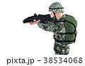 銃を構える男性 コンバット装備アップカット(向き違い) 38534068