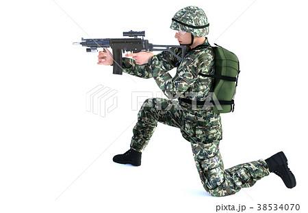 銃を構える男性 コンバット装備 膝付き射撃ポーズのイラスト素材