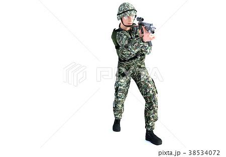 銃を構える男性 コンバット装備 射撃ポーズのイラスト素材 38534072