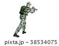 銃を構える男性 コンバット装備 移動射撃ポーズ 38534075