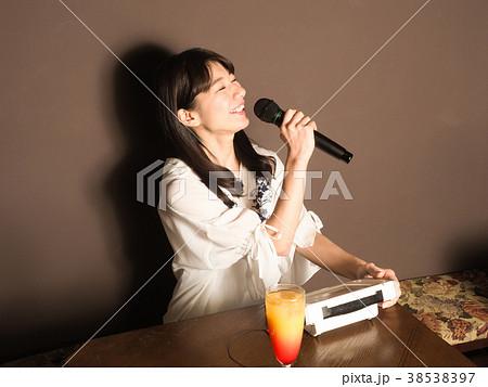 カラオケで楽しそうに歌う女性 38538397