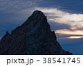 槍ヶ岳山頂で日の出を待つ登山者 38541745