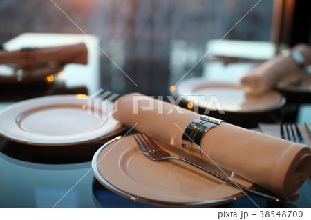 夕日の映えるレストランでのテーブルセッティング 38548700