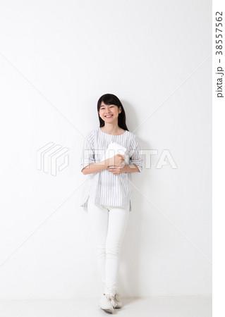 タブレットを見る女性 38557562