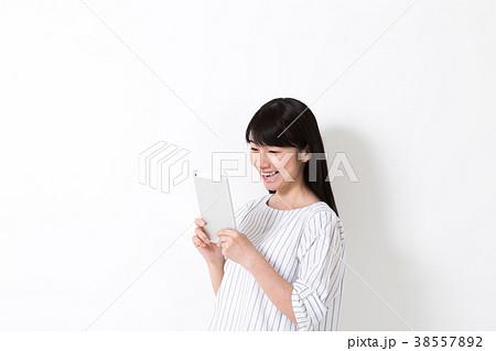 タブレットを見る女性 38557892