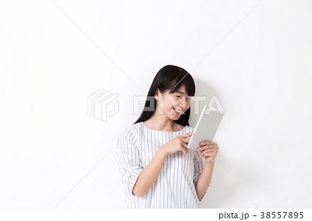 タブレットを見る女性 38557895