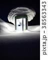 雪に埋もれる公衆電話ボックス(夜)(縦1) 38563343