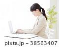女性 パソコン 人物の写真 38563407