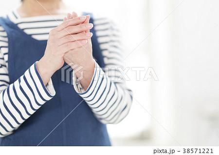 手荒れを期にする50代女性 38571221