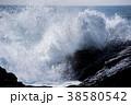 岩に打ち寄せる荒波 波しぶきイメージ 38580542