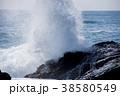 岩に打ち寄せる荒波 波しぶきイメージ 38580549