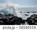 岩に打ち寄せる荒波 波しぶきイメージ 38580556