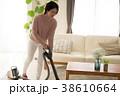 掃除機をかける主婦 日本人女性 38610664