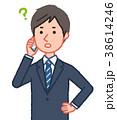 疑問を感じながらスマホで通話する男性 38614246