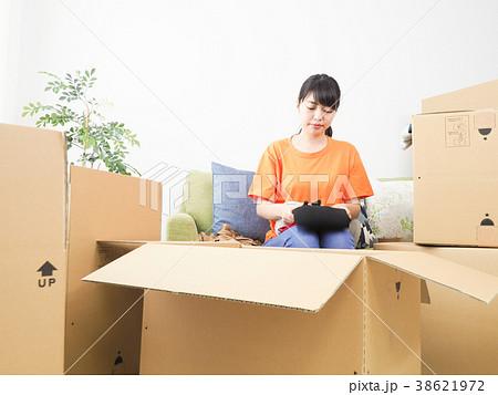 引越しの準備をする女性 38621972