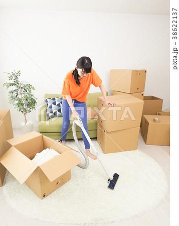 引越した部屋の掃除をする女性 38622137