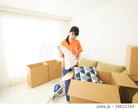 引越しの準備をする女性 38622260