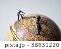 地球儀とミニチュア人形の作業員 38631220