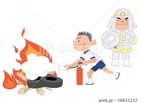 消火訓練訓練をする、小学生男子と、消防士。 38635252
