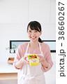 キッチンでお弁当を持つ女性 38660267