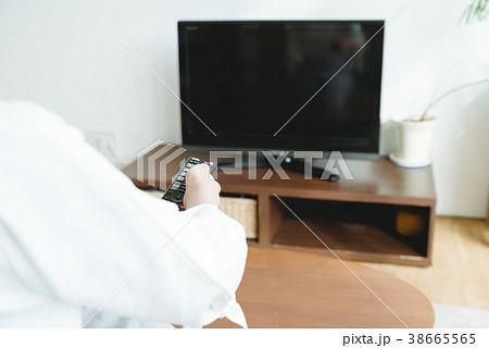 リビングでテレビを見る女性 38665565