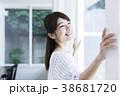 女性 窓 ライフスタイルの写真 38681720