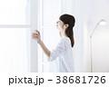 女性 窓 ライフスタイルの写真 38681726