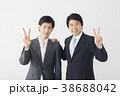ピースをする若いビジネスマンとミドルビジネスマン 38688042