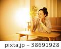 女性 夜 ライフスタイルの写真 38691928