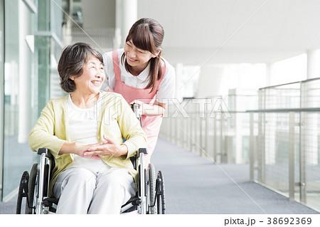 介護 シニア 女性 病院 38692369