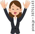 万歳するスーツ着用の女性 38701143