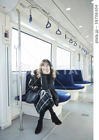 足を組む 女子大生 電車 38706304