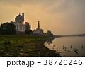 インドの世界遺産 アーグラーのタージマハル 夕日とヤムナー河と野鳥の群れ  38720246