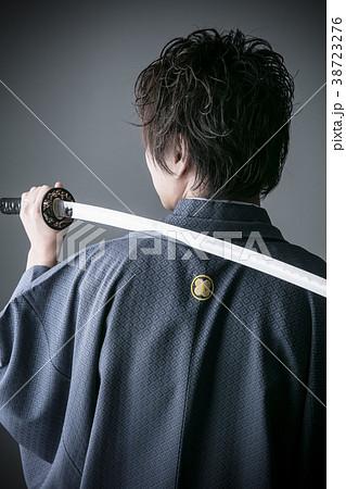 袴の刀を持った男性の後ろ姿の写真素材 38723276 Pixta