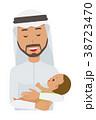 民族衣装を着たアラブの男性が赤ちゃんを抱っこしている 38723470