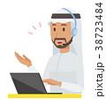 民族衣装を着たアラブの男性がヘッドセットで通話している 38723484