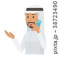 民族衣装を着たアラブの男性がスマートフォンで通話している 38723490