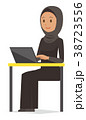 民族衣装を着たアラブの女性がノートパソコンを操作している 38723556