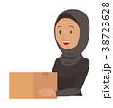 民族衣装を着たアラブの女性が箱を持っている 38723628