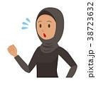 民族衣装を着たアラブの女性が走っている 38723632