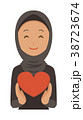 民族衣装を着たアラブの女性がハートマークを持っている 38723674