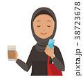 民族衣装を着たアラブの女性がスマートフォンを操作している 38723678