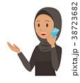 民族衣装を着たアラブの女性がスマートフォンで通話している 38723682