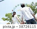 遊園地で遊ぶカップル 38726115
