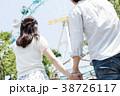 遊園地で遊ぶカップル 38726117