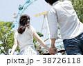 遊園地で遊ぶカップル 38726118