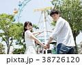 遊園地で遊ぶカップル 38726120