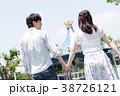 遊園地で遊ぶカップル 38726121
