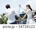 遊園地で遊ぶカップル 38726122